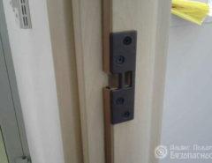 Установка кодового электромеханического замка (фото 1)